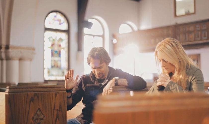 PG grava cena de seu novo clipe no interior da igreja de Newton Corner, com a atriz Alicia, em Boston nos EUA.