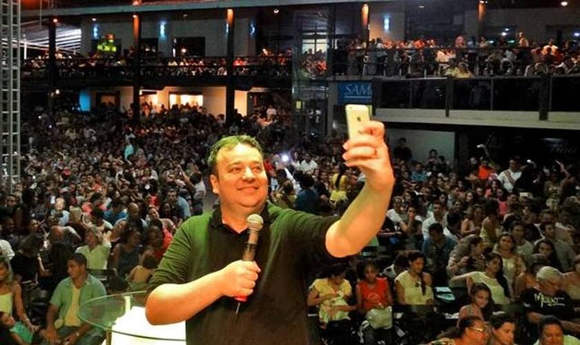 """O pastor Junior Santos idealizou o """"Culto Selfie"""", a fim de atrair os jovens."""
