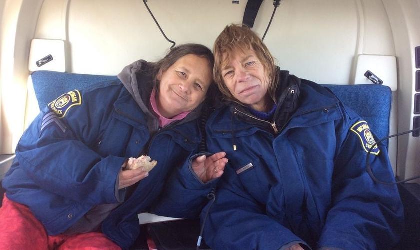 Lee Wright, de 56 anos e Leslie Roy, de 52 anos, ficaram presas na caminhonete em uma estrada estreita, na neve.