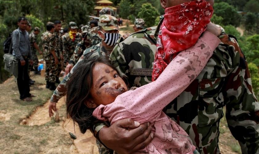 Uma criança ferida é socorrida pelo exército nepalês depois do terremoto em Sindhupalchowk, Nepal.