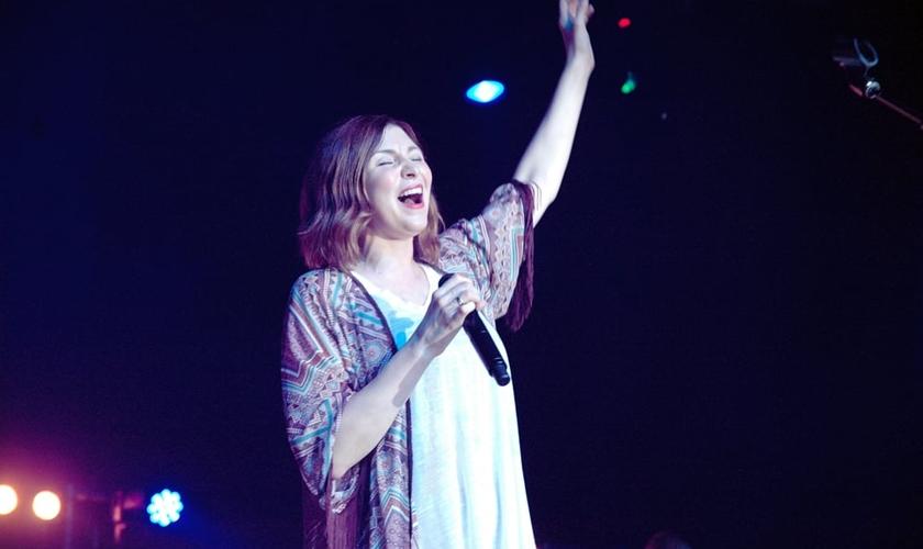 Kim Walker-Smith durante adoração do Jesus Culture em São Paulo.