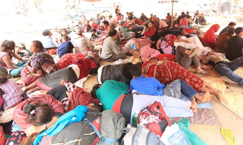 Após a grande destruição causada pelo terremoto, famílias estão vivendo juntas, sob tendas armadas nas ruas de Katmandu.