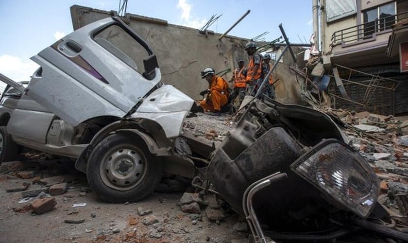 Militares das Forças do Nepal analisam destroços de prédio no centro de Katmandu