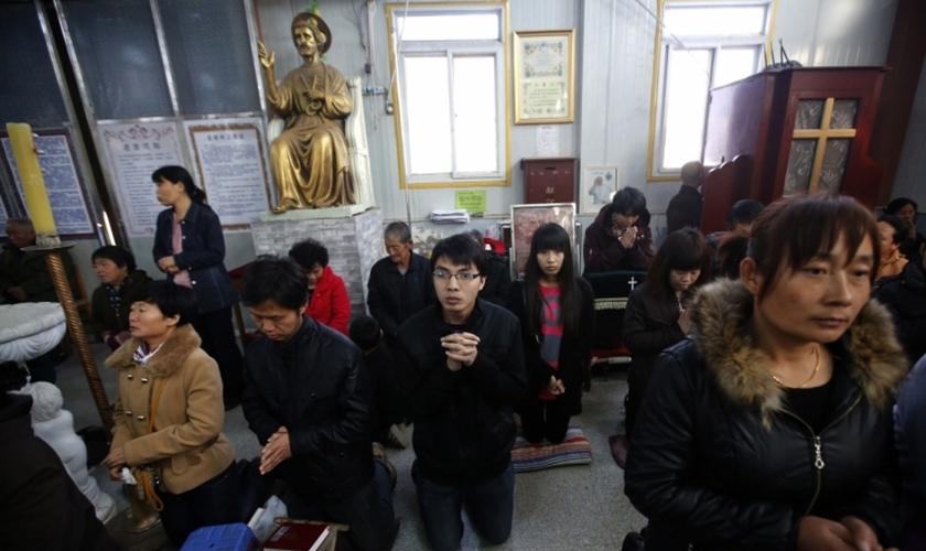 Cristãos se reúnem durante final de semana, em uma igreja subterrânea, na região de Tianjin (China).