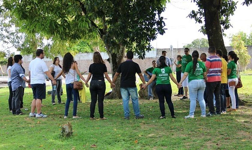 Grupo faz oração em frente a escola de Manaus onde é realizada prova da OAB. ( Suelen Gonçalves/G1AM)
