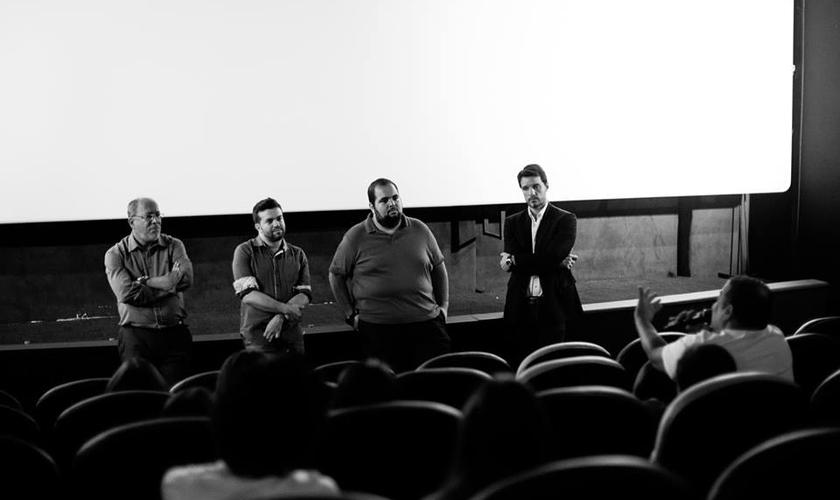 Da esquerda para a direita, pastor Humberto Machado, o ator Caíque Oliveira, o diretor Miguel Nagle e o repórter Giba Bergamin, durante debate com o público.
