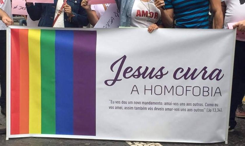 Cristãos exibem faixa 'Jesus cura a homofobia' na Parada Gay