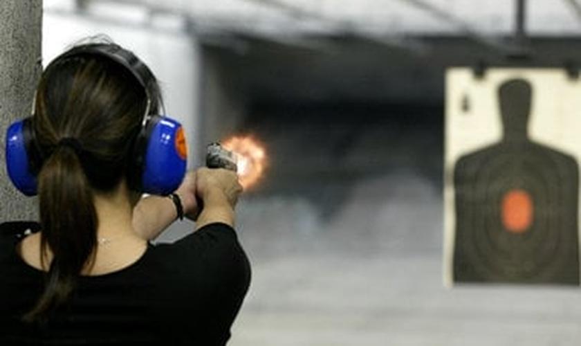 Depois da teoria, os alunos vão para aulas práticas no campo de tiro na escola de Peabody.