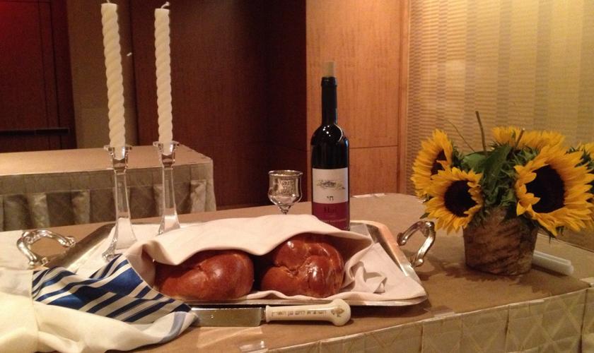 The Sabbath Experience convida grupos de cristãos a participarem de uma refeição no tradicional sábado judaico.