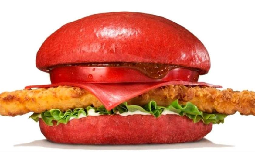 Burguer King lança lanche com pão vermelho no Japão
