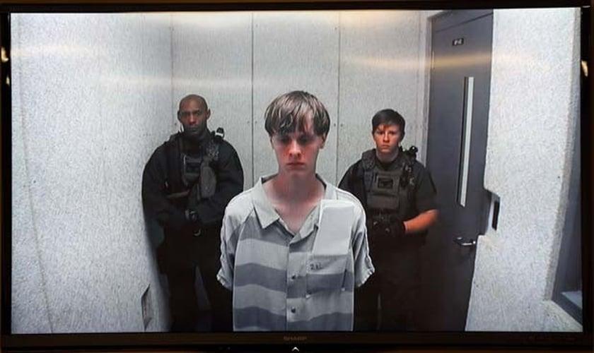 Dylann Roof ouve as declarações de familiares das vítimas, após ter matado nove pessoas durante um estudo bíblico, na Igreja Metodista Eammanuel, em Charleston (EUA).
