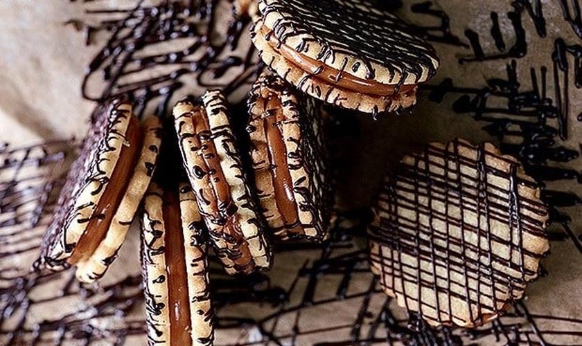 Bolachas recheadas de caramelo e chocolate