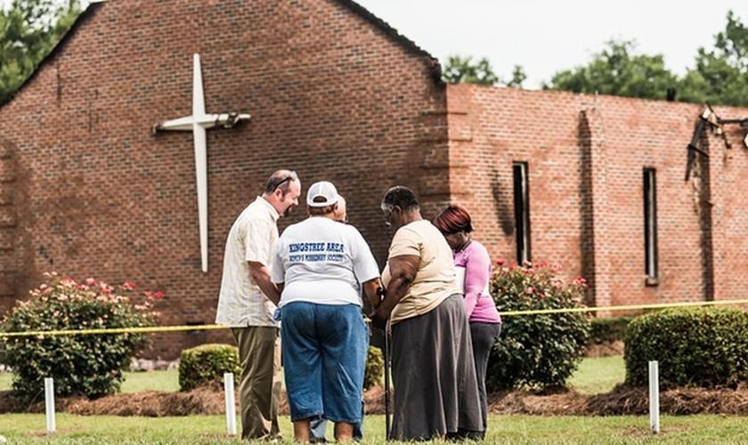 Grupo orando próximo às ruínas da igreja Mount Zion, na Carolina do Sul. (Sean Rayford/Getty Images)