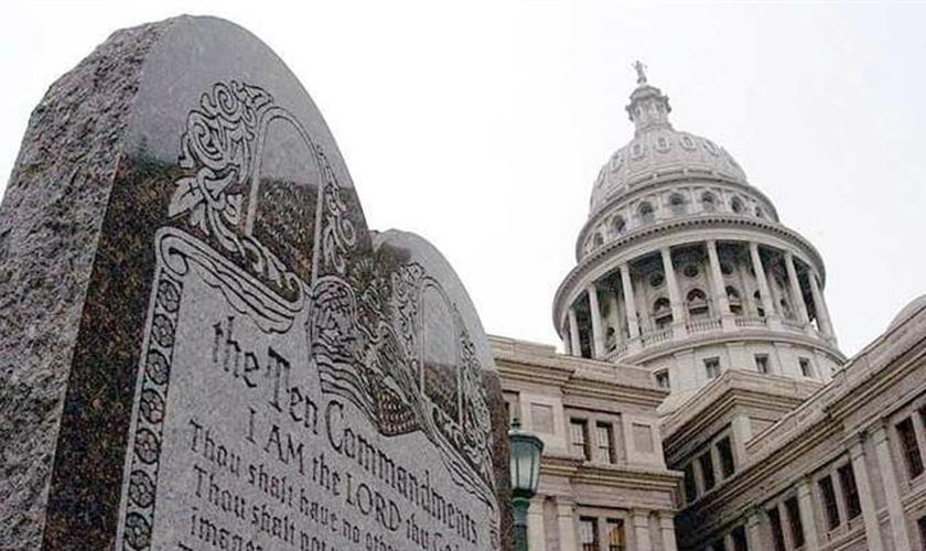 A governadora Mary Fallin afirmou que o monumento não será retirado enquanto o recurso apresentado pelo governo estadual estiver em decorrência.