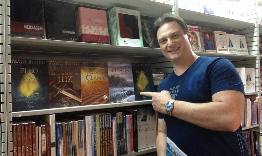 """Daniel Mastral é autor de sucessos como """"Filho do Fogo: o descortinar da Alta Magia"""" e """"Guerreiros da luz"""". (Foto: Reprodução/ Facebook)"""
