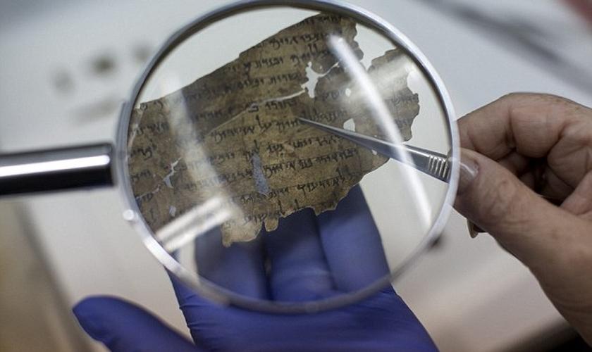 Trechos da Bíblia em pergaminho carbonizado que resistiu por 1.500 anos. (Foto: Daily Mail)