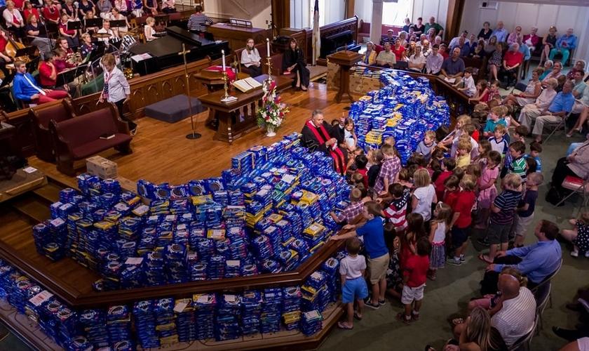 Primeira Igreja Metodista Unida de Alpharetta recolheu 5,6 toneladas de Oreo. (Foto: Nelson Wilkinson/ Patriotic Sunday)