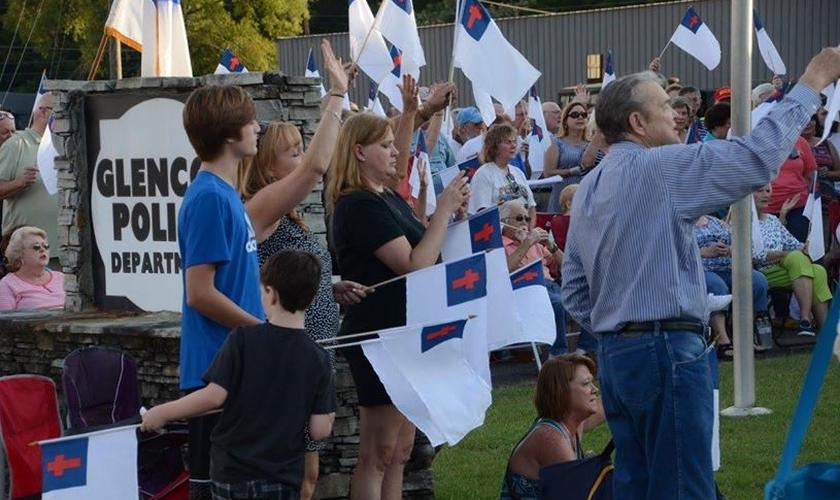 A fim de manter a bandeira, cerca de 500 cristãos se reuniram em protesto no último sábado (18). (Foto: Facebook/Gary R. Wells)