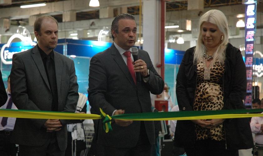 Secretário de Turismo de SP Roberto de Lucena inaugurando o evento entre Marcelo Rebello e Luciana Mazza, organizadores da feira. (Foto: Guiame/ Marcos Paulo Corrêa)