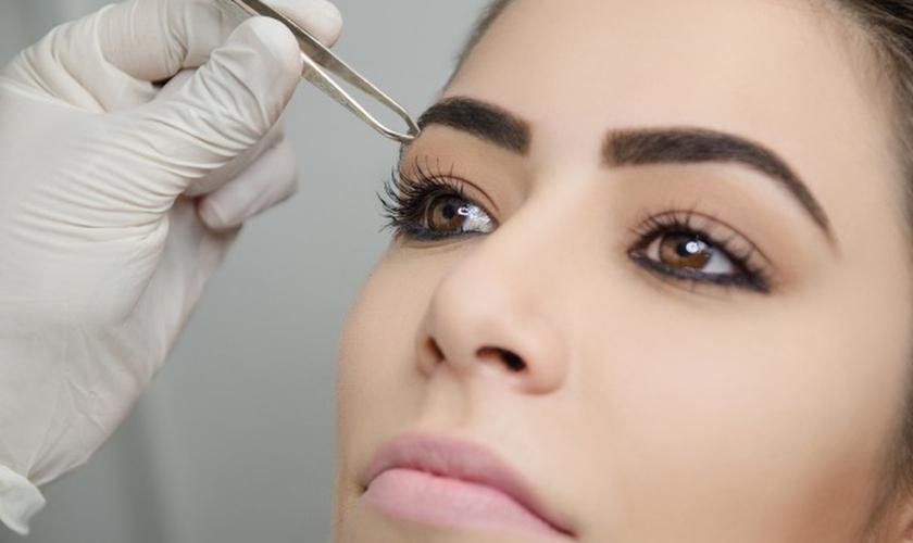A micropigmentação consiste em implantar pigmentos na derme (pele), desenhando as sobrancelhas. (Foto: Reprodução)