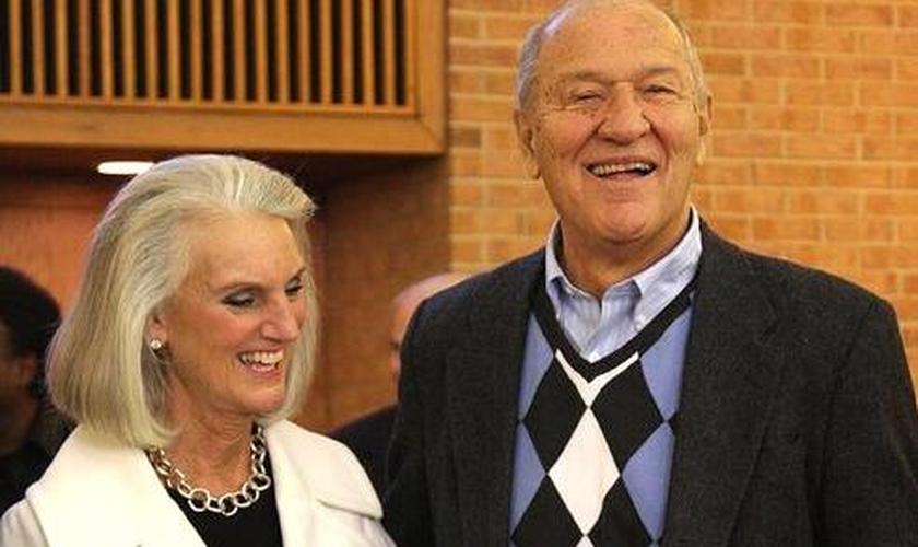 Anne Graham Lotz (esquerda) e o marido, Danny Lotz. (Foto: Facebook)