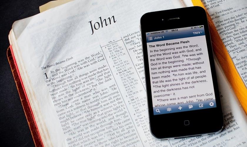 O aplicativo permite que os usuários enviem mensagens de forma anônima, além de terem acesso a downloads de conteúdos bíblicos e programas programas cristãos da SAT-7. (Foto: Reprodução)