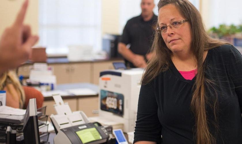 Kim Davis foi condenada por desacato ao tribunal distrital