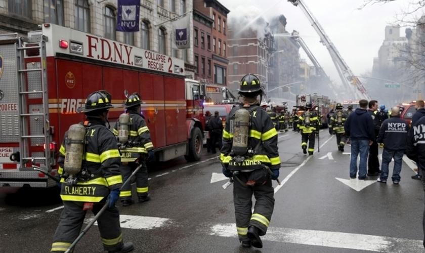 Bombeiros de Nova York combatem incêndio, na região da segunda avenida da metrópole norte-americana. (Foto: Reuters/Mike Segar)