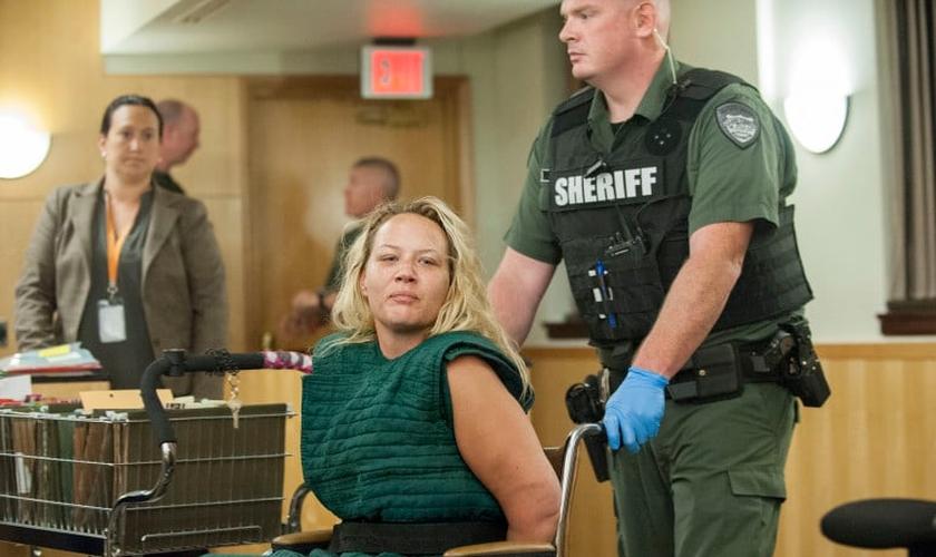 Jessica Farias, de 33 anos, foi acusada de desarmar um policial e resistência à prisão.