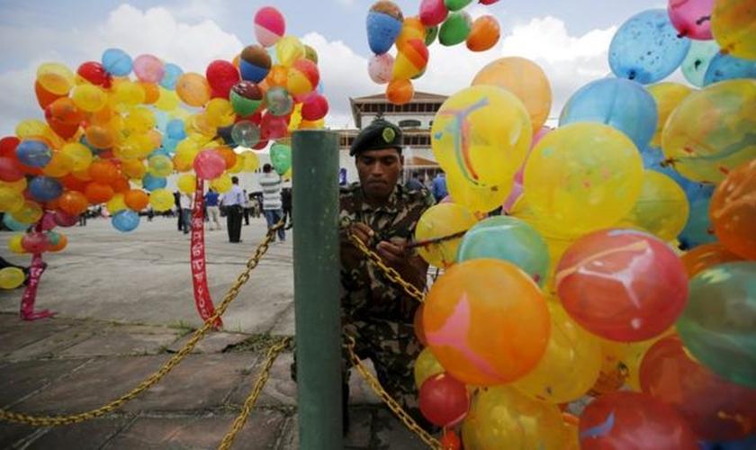 Nepaleses comemoram a decisão do presidente Ram Baran Yadav em Kathmandu. (Foto: BBC)
