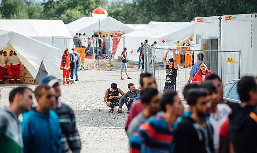 Refugiados na entrada de organização que recepciona quem busca asilo em Dresden, na Alemanha. (Foto: Folha de SP)