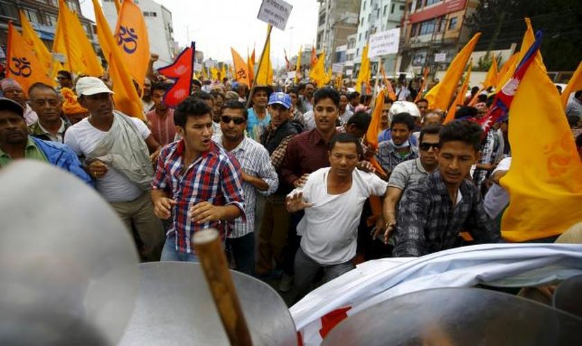 Polícia tenta conter protestos violentos no Nepal. (Foto: Reuters)