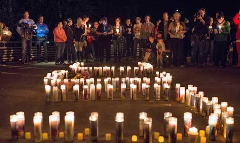 Centenas de pessoas se reuniram em frente ao campus da Universidade, para participar de uma vigília pelas famílias das vítimas. (Foto: Reuters)