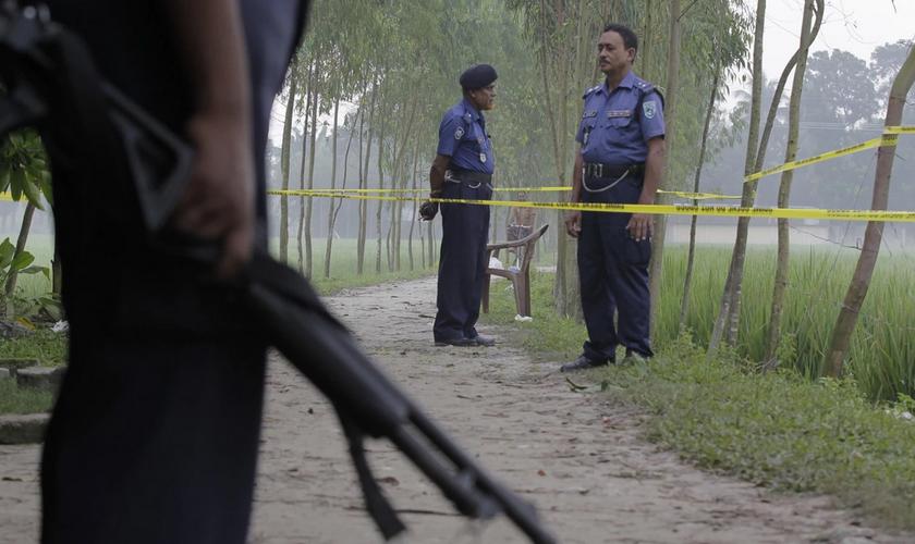 Agentes de segurança de Bangladesh no local onde o cidadão japonês Kunio Hoshi foi morto. (Foto: Washington Post)