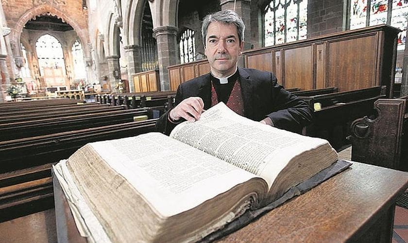 Rev. Dr. Jason Bray e a primeira edição da Bíblia King James. (Foto: Cascade)