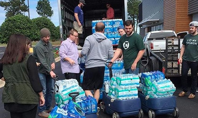 A NewSpring Church enviou caminhões com suprimentos como água, cobertores e alimentos não-perecíveis para os abrigos locais. (Foto: Reprodução/ Instagram)