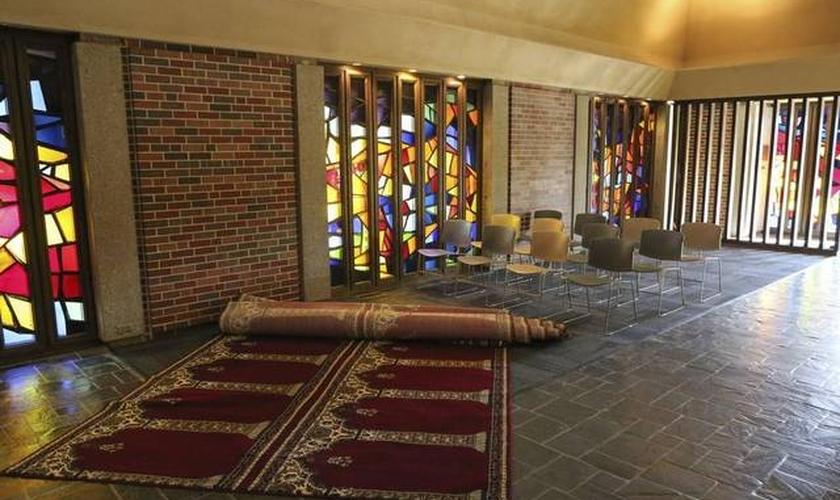Tapetes de oração muçulmanos e algumas cadeiras portáteis fazem parte do novo formato. (Foto: Kansas)
