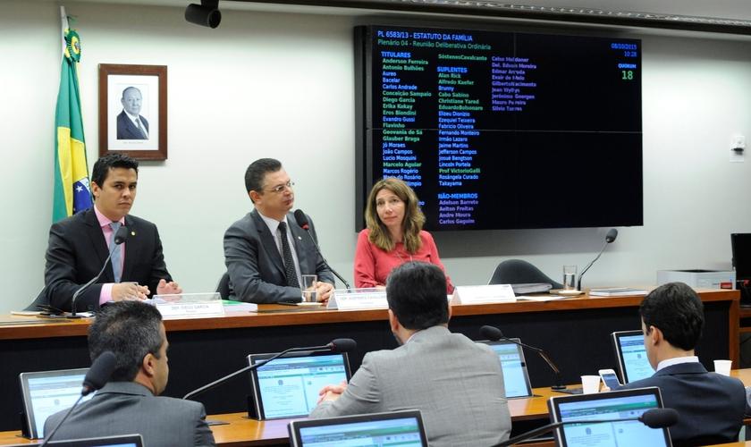 Relator Diego Garcia ao lado do presidente da Comissão, deputado Sóstenes Cavalcante. (Foto: Câmara Notícias)