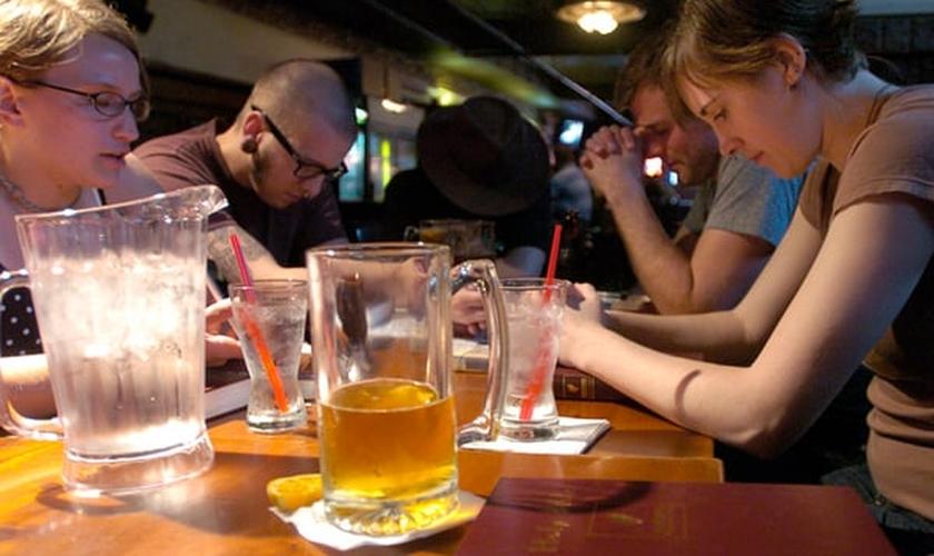 Encontro de cristãos americanos no segundo andar de um bar, com de copos de cerveja. (Foto: Reprodução)