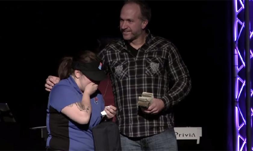 Quando o pastor Markle tirou a pilha espessa de dinheiro, a motorista ficou de boca aberta e começou a chorar. (Foto: ABC)
