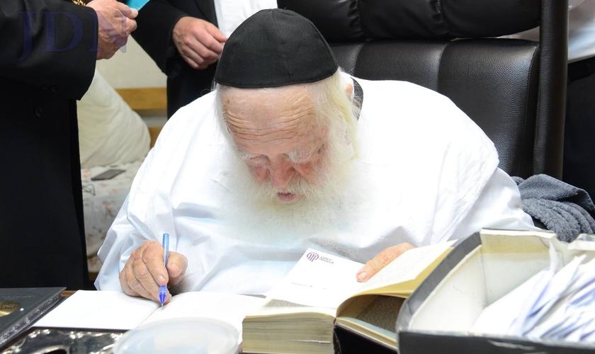 O Rabino Chizkiyahu Mishkovsky é uma das principais figuras na sociedade judaica ultraortodoxa, e tem anunciado sobre a iminente chegada do Messias aos israelenses. (Foto: Matzav)