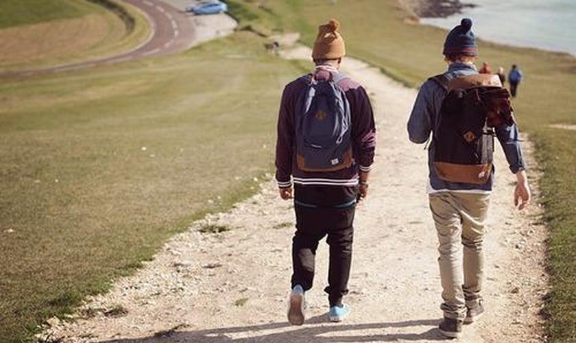 Jovens de mochila
