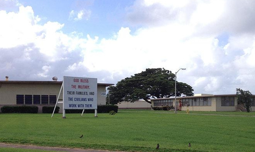 """O letreiro leva inscrito a mensagem: """"Deus abençoe os militares, suas famílias e os civis que trabalham com eles"""". (Foto: Americas Freedom Fighters)"""