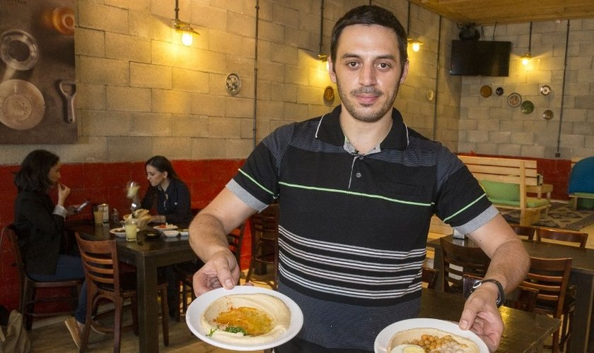 Kobi Tzafrir é o proprietário do Café 'Hummus Bar', em Kfar Vitkin, região central de Israel (Foto: AFP)