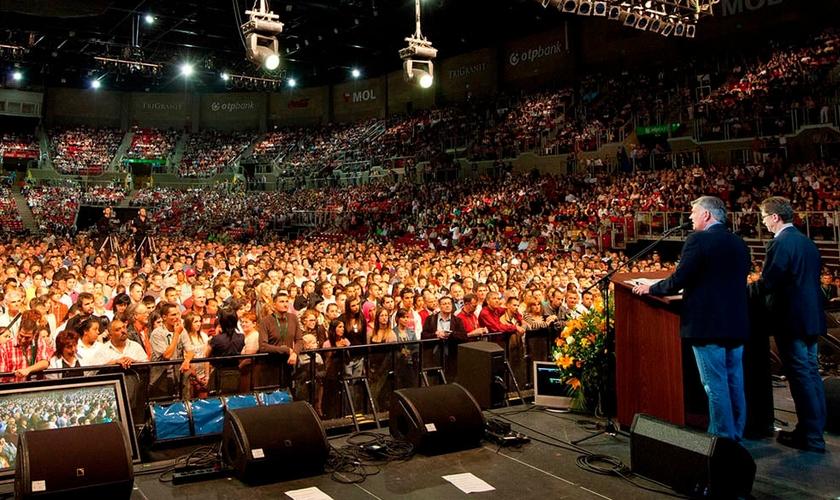 Após, o apelo feito por Franklin Graham, uma multidão correu para o gramado, em atitude de consagração a Deus (Foto: Festival de Esperança - Site Oficial)
