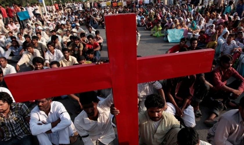 Paquistaneses cristãos participam de protesto contra a perseguição religiosa, em Islamabad, no ano de 2013. (Foto: REUTERS/FAISAL MAHMOOD)