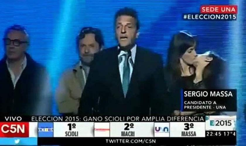 Gesto de afeto entre mãe e filha chamou a atenção de internautas durante discurso de Sergio Massa, terceiro candidato na disputa pela presidência do país. (Foto: Reprodução/YouTube)