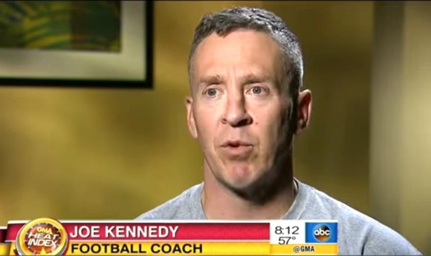 Por seu costume orar de joelhos após a finalização, o treinador está a ponto de ser demitido pelo Distrito Escolar de Bremerton, em Washington. (Foto: Reprodução/ ABC News)