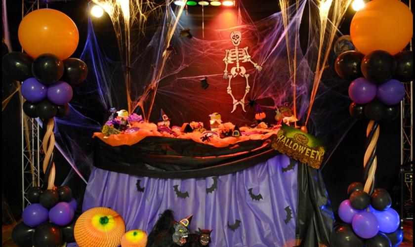 Mesa preparada para festa de Halloween. (Foto: Mestres da Teologia - site oficial)