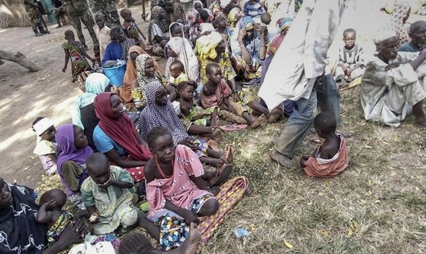 Mais de 300 mulheres e crianças, que estavam sob poder do Boko Haram, foram resgatadas por uma ação do exército nigeriano. (Foto: Nigerian Army / AFP)